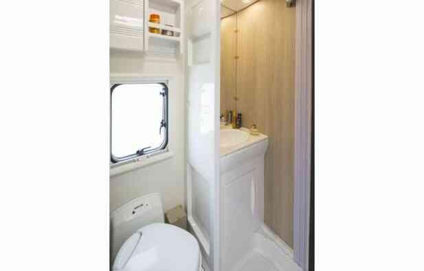 camping-car PLA MISTER CAMPER 390  intérieur / couchage principal